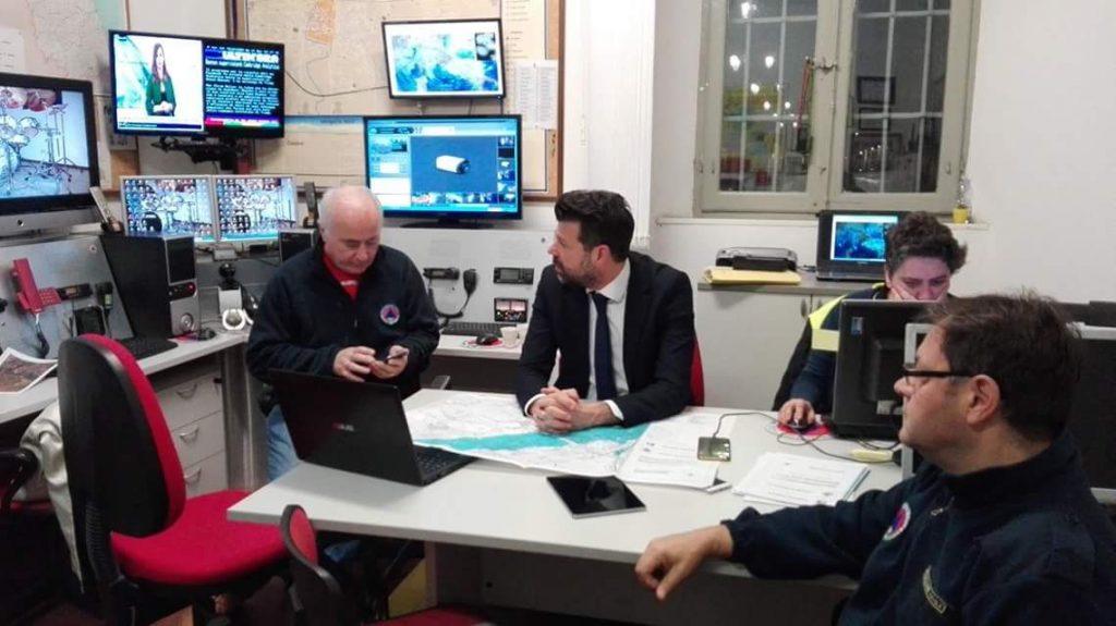 La riunione del Centro Operativo Comunale: da sin. il dirigente comunale Gianni Roccato, il sindaco Maurizio Mangialardi e Luciano Carli coordinatore della Protezione civile di Senigallia