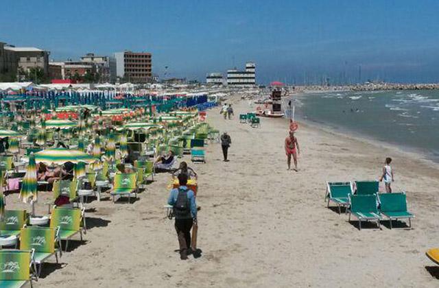 ambulanti abusivi sulla spiaggia di Senigallia