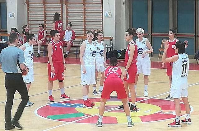 Il Basket 2000, la formazione della pallacanestro femminile di Senigallia, in campo contro Gualdo Tadino