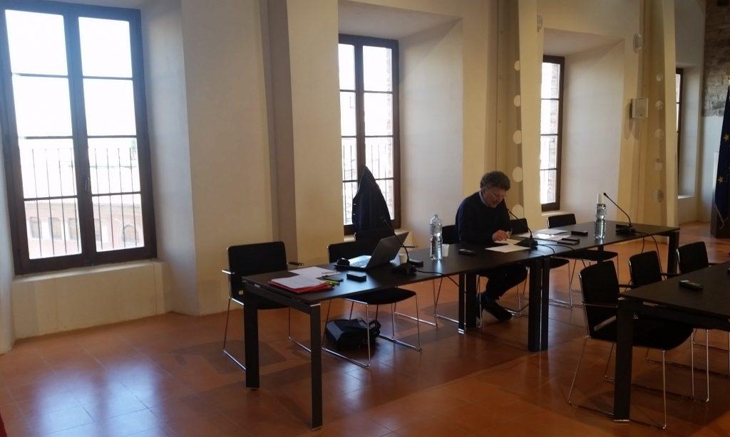 Giovanni Balducci mentre legge la nota unitaria di gran parte delle opposizioni