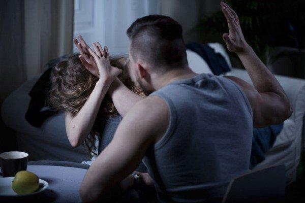 Macerata: morde alla testa la compagna e la colpisce con un badile, condannato