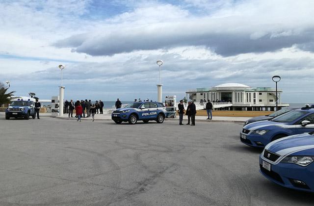 Mezzi della Polizia schierati davanti la Rotonda di Senigallia