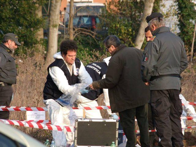 I rilievi della polizia scientifica nel terreno dove sono state rinvenute ossa umane (foto per gentile concessione de Il Cittadino di Recanati)