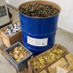 Il recupero dei materiali usati per bossoli, lacrimogeni, mostrine e bottoni