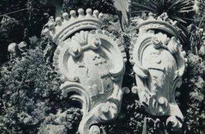 Gli stemmi delle due casate nel giardino della villa Cesarini Duranti