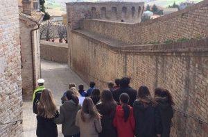 studenti in visita lungo le mura di Corinaldo