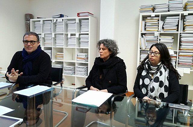I legali Corrado Canafoglia a sinistra ed Elisa Pellegrini a destra: al centro Alberta Cardinali