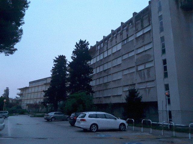 Il vecchio ospedale di Viale della Vittoria attende la demolizione