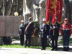 L'omaggio del sindaco Massimo Bacci al monumento ai Caduti ai giardini di viale Cavallotti