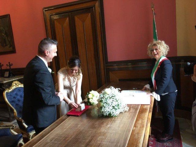 La consigliera Linda Elezi durante la celebrazione del matrimonio in Comune