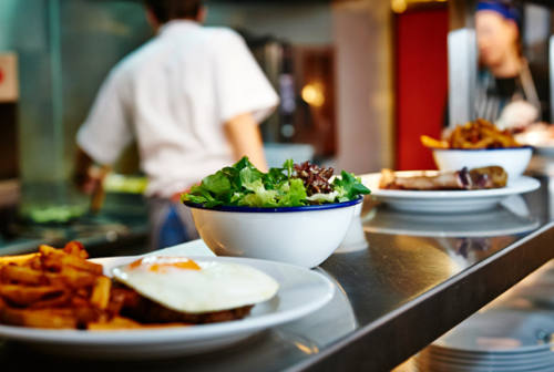 Turismo e ristorazione, il grido di Confcommercio: «Servono aiuti o le imprese chiuderanno»