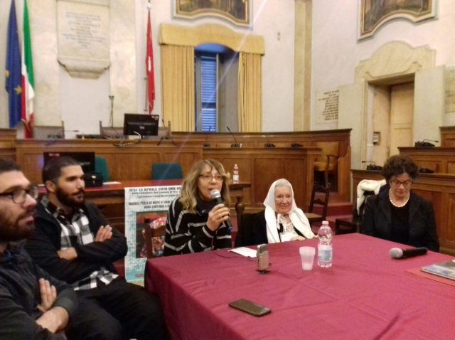 Saluti a Nora anche da parte della consulta Per la pace di Jesi che auspica «libertà e giustizia per tutte le mamme, affinché non si diano mai per vinte» ha detto Mirella Argentati