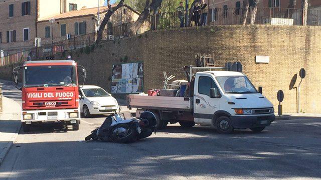 Scontro tra scooter in via Veneto all'incrocio con via XXV Aprile