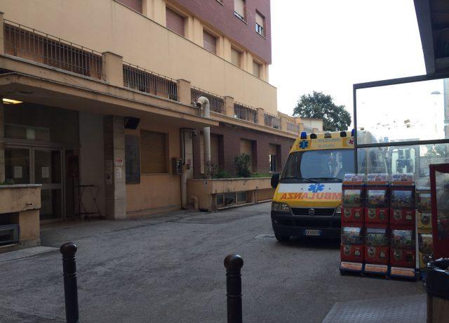 L'ambulanza arrivata al Salesi per trasferire il bambino all'obitorio di Torrette