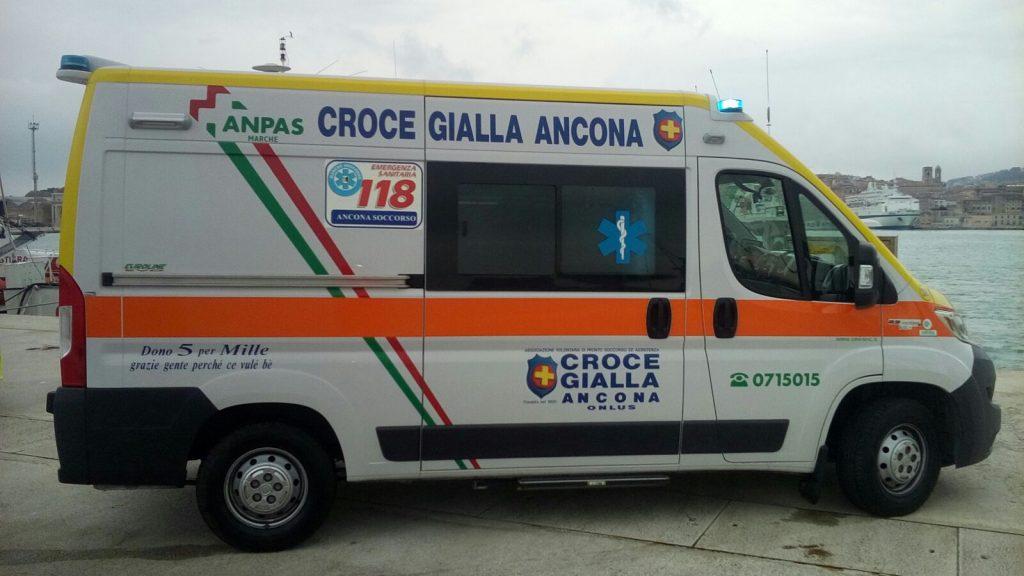 L'ambulanza in banchina, al porto, per il soccorso in mare (foto di repertorio)
