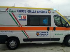 L'ambulanza in banchina, al porto, per il soccorso in mare (foto di repertorio)