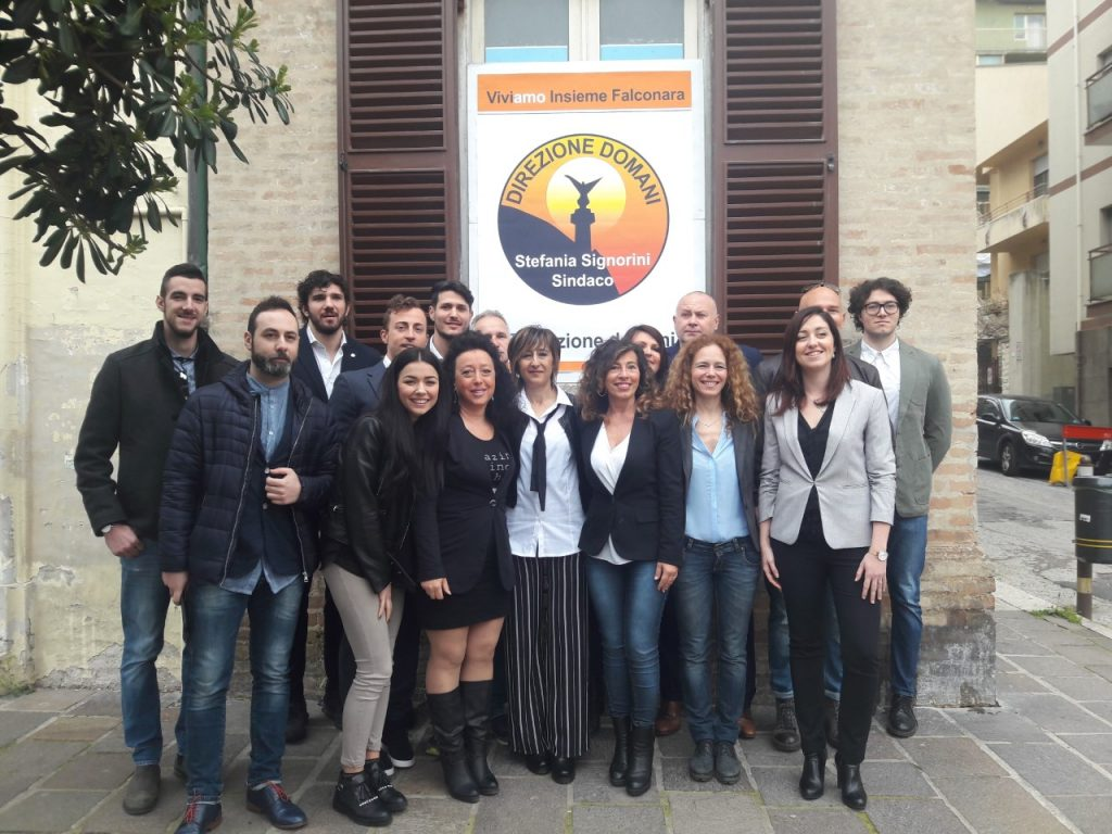 La candidata sindaco Stefania Signorini e i quindici candidati consiglieri della lista civica Direzione Domani