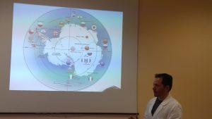 Il dottor Andrea Molesi mostra una mappa delle basi di ricerca in Antartide