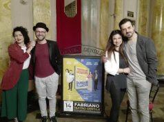 Valeria Monetti, Daniele Deogratis, Stefania Fratepietro e Piero Di Blasio questa mattina nel foyer del Gentile durante una pausa delle prove