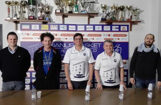 Da sinistra: il giemme Paolo Fantini, il vice allenatore Max Milli, coach Alessandro Fantozzi, l'assistente Fabio Panzini e il diesse Simone Lupacchini