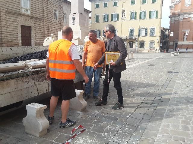 Gli addetti del Comune mentre recuperano i pezzi, sul posto anche l'assessore Luca Butini