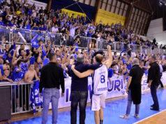 La grande gioia dei tifosi della Ristopro Fabriano per la salvezza in serie B appena ottenuta (foto di Martina Lippera)