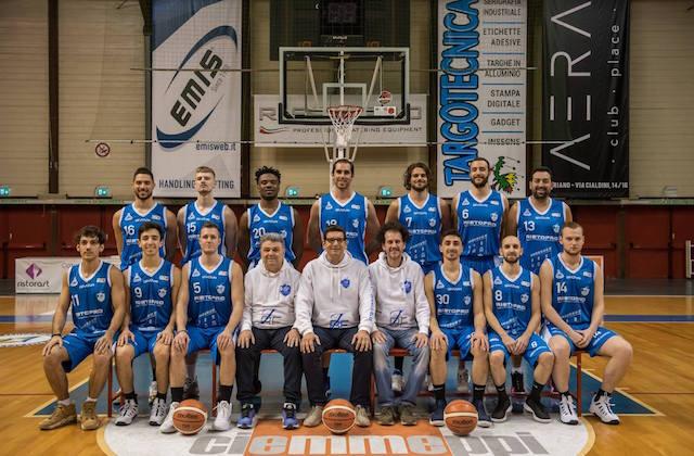 La foto ufficiale della Ristopro Fabriano Basket che ha conquistato la permanenza in serie B (foto di Marco Teatini)