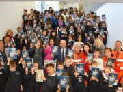 Il libro con gli alunni (foto Ansa)
