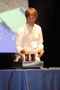 Lo chef Oldani durante lo show cooking