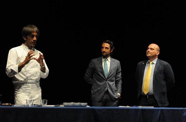 Da sinistra: lo chef Davide Oldani, il giornalista Maurizio Socci e il sindaco Simone Pugnaloni