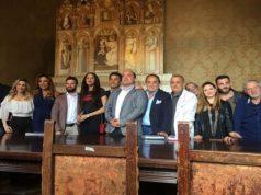 """Il cast del film """"Il gatto e la luna"""" con il sindaco nel municipio di Osimo"""