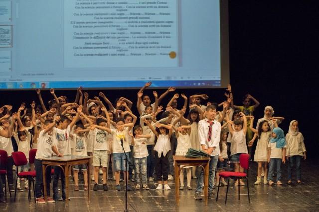 I giovani studenti durante lo spettacolo al Teatro Pergolesi