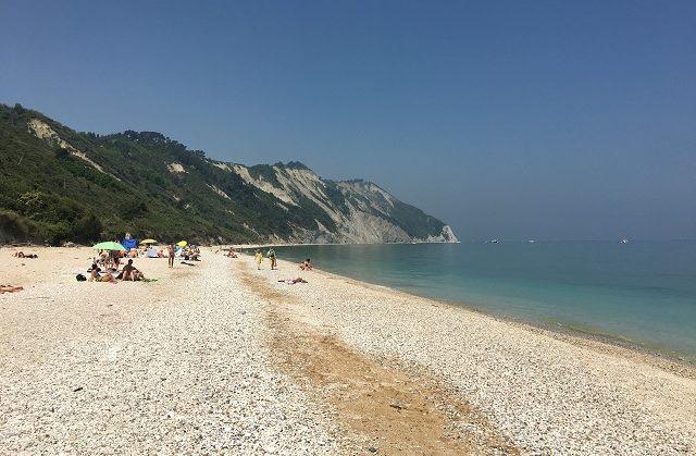 Ancona, spiagge libere organizzate in due aree. A Portonovo e Mezzavalle prenotazione obbligatoria il weekend