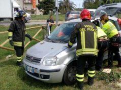 L'intervento dei vigili del fuoco durante l'incidente del 2 maggio scorso al parco giochi tra le vie Manzoni e Fregosi