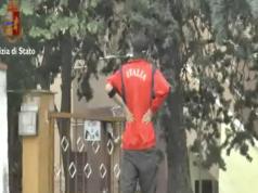 Il 31enne mentre si guarda intorno prima di entrare nella proprietà privata e tentare il furto dell'auto