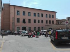 """Gli studenti evacuati fuori dalla """"Bruno da Osimo"""" in pieno centro storico"""