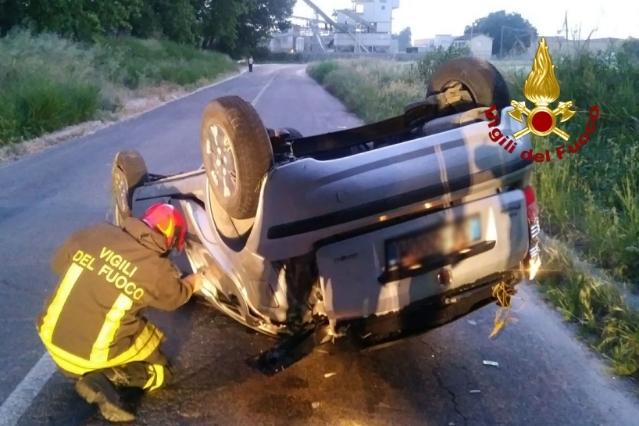 Senigallia, cappotta con l'auto e viene sbalzato fuori: ferito un giovane