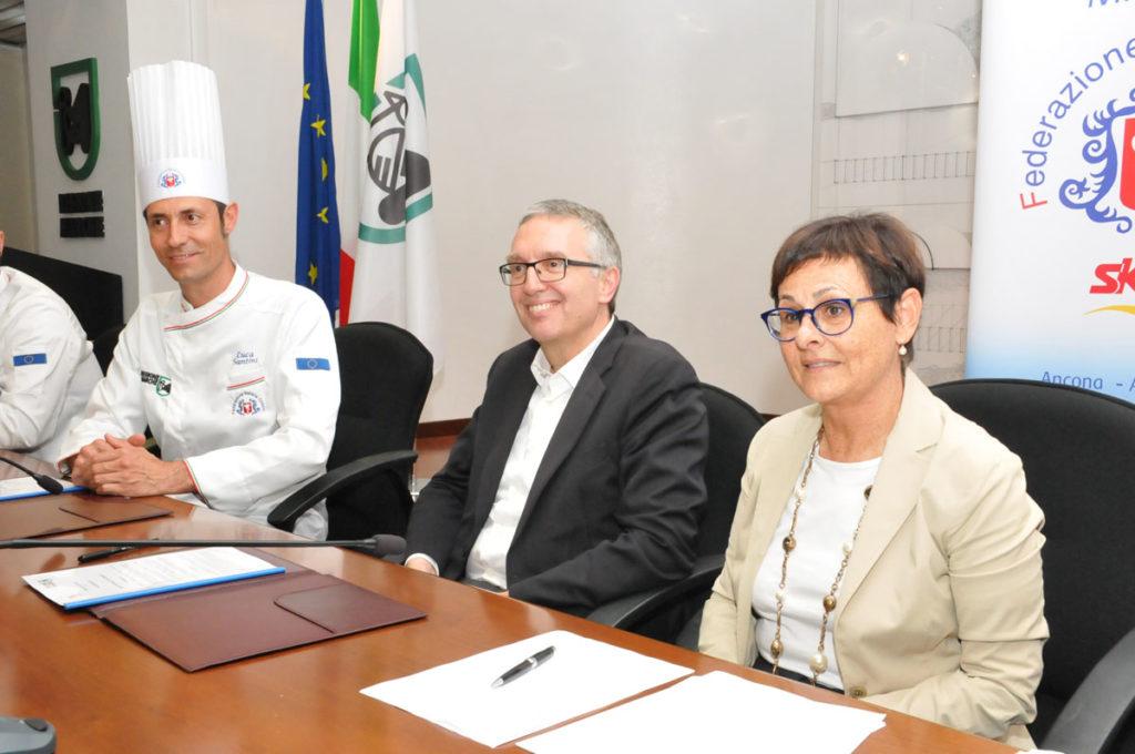 Un momento della firma del protocollo tra Regione e Unione Cuochi Marche