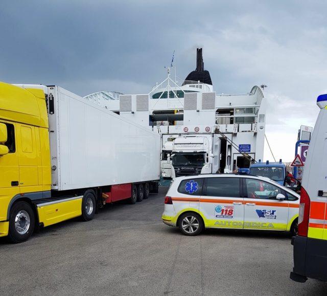 L'arrivo dei soccorsi al porto (foto pubblicata su Facebook da Renzo Ruti)