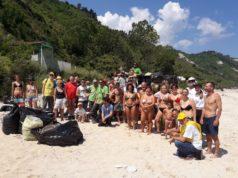 Cittadini e comitato dopo la pulizia della spiaggia di Mezzavalle