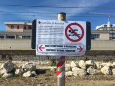 Un cartello con il divieto di balneazione a Palombina