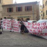 La protesta silenziosa fuori dal tribunale di Ancona per Pamela Mastropietro