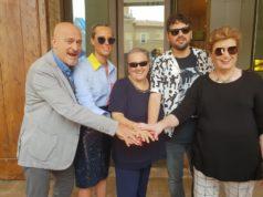 La foto ricordo: da sin. Claudio Bisio, Federica Pellegrini, Valeria Mancinelli, Frank Matano, Mara Maionchi