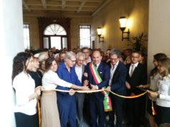 Il taglio del nastro della mostra. Accanto a Vittorio Sgarbi, il sindaco Simone Pugnaloni e la fondazione De Chirico e Metamorfosi