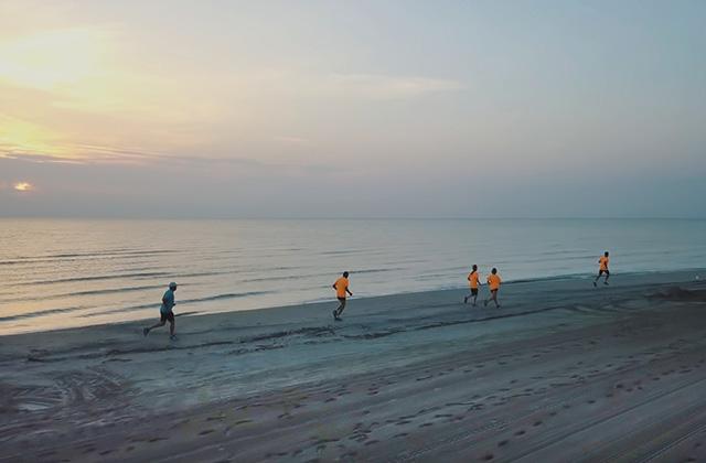 Albarun, la corsa sulla spiaggia di Senigallia al sorgere del sole