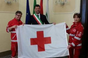 La consegna della bandiera della Croce Rossa Italiana al sindaco di Senigallia da parte del presidente Marco Mazzanti