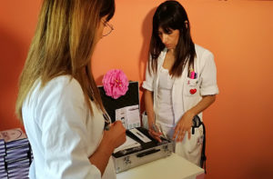 Le dottoresse Martina Nisi (sinistra) e Raffaella Ridolfo (destra) hanno presentato il macchinario per la ricostruzione areolare nelle donne operate al seno