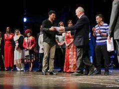 Mohamed Malih, presidente della Consulta degli immigrati, ha premiato Mario Vichi, durante la festa dei popoli 2017, per il suo impegno nell'integrazione