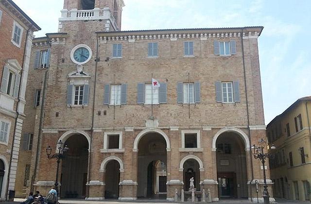 La consegna della bandiera della Croce Rossa Italiana sventola dal municipio di Senigallia per le celebrazioni dell'8 maggio