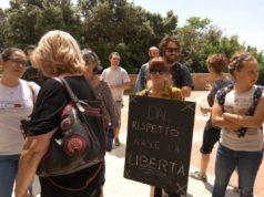I manifestanti davanti al Palazzo della Regione ad Ancona